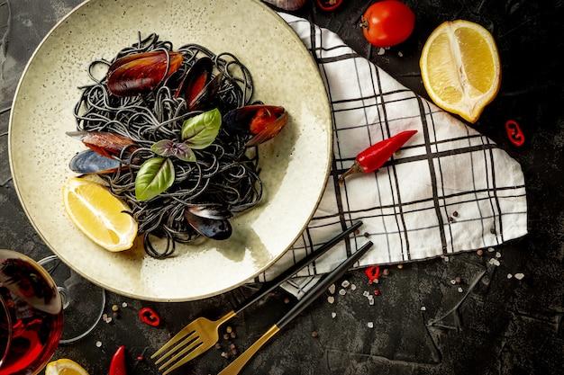 Zwarte deegwaren met zeevruchten op een plaat