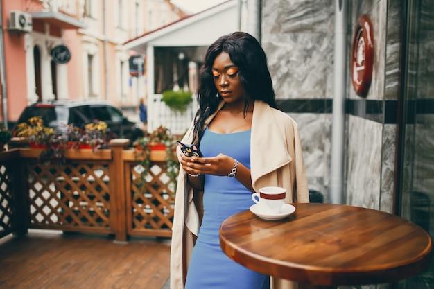 Zwarte die een koffie in een koffie drinkt
