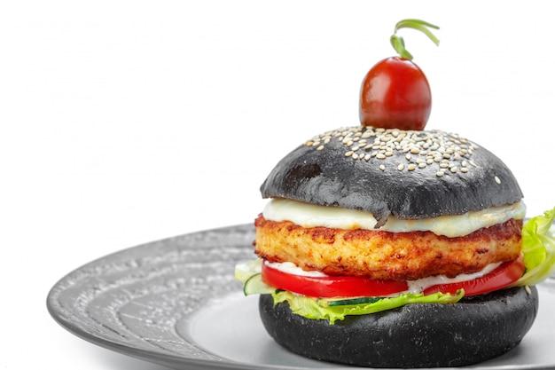 Zwarte die hamburger op witte achtergrond wordt geïsoleerd.