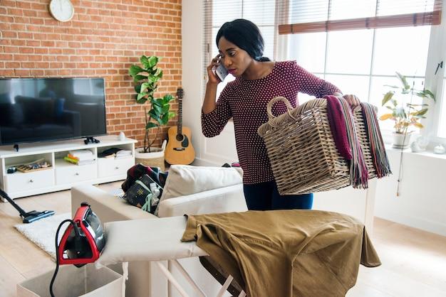 Zwarte die huishuishoudelijk werk schoonmaken