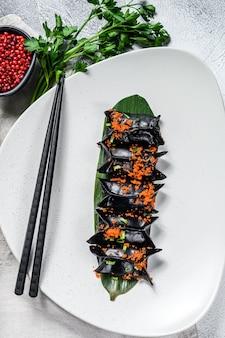 Zwarte dim sum-dumplings. aziatische keuken