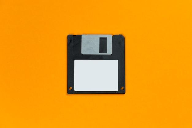 Zwarte diskette op oranje