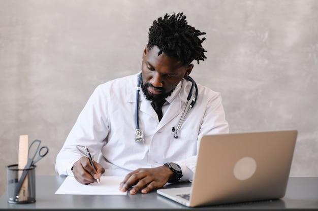 Zwarte dokter. telegeneeskunde het gebruik van computer- en telecommunicatietechnologieën