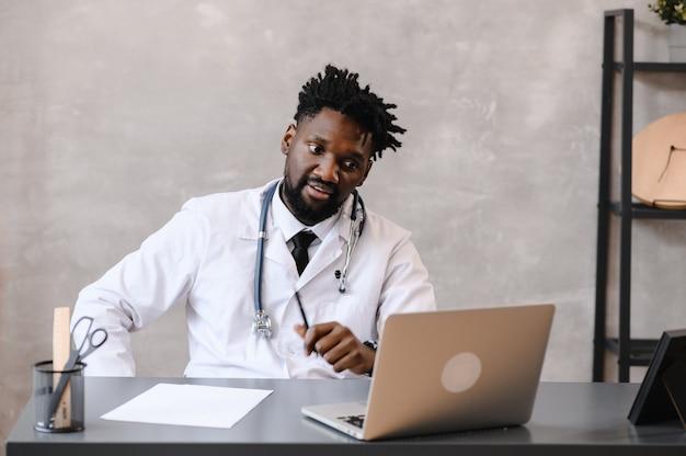 Zwarte dokter. telegeneeskunde het gebruik van de computer