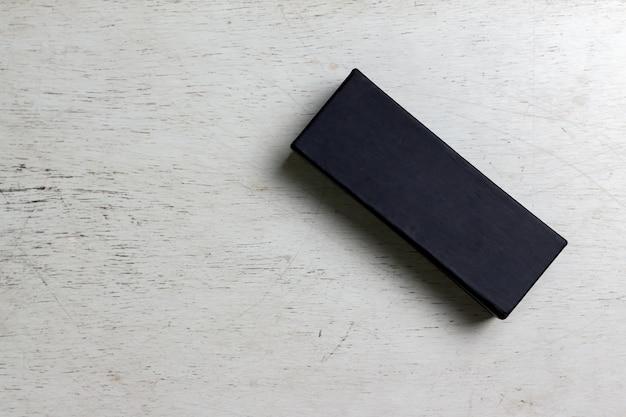 Zwarte doos mock up op hout achtergrond