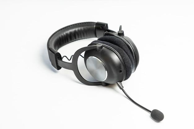 Zwarte draadloze hoofdtelefoon met een microfoon op wit wordt geïsoleerd