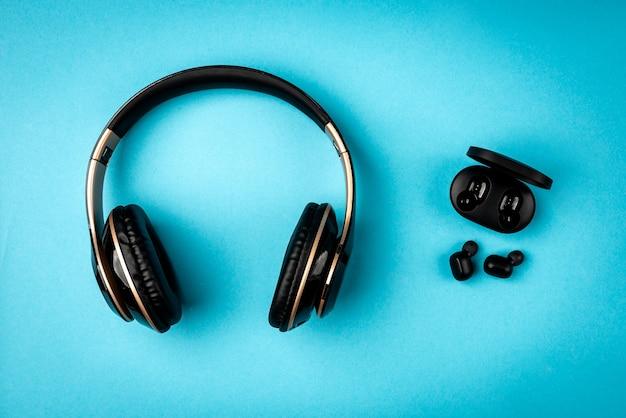 Zwarte draadloze koptelefoon op blauwe achtergrond.