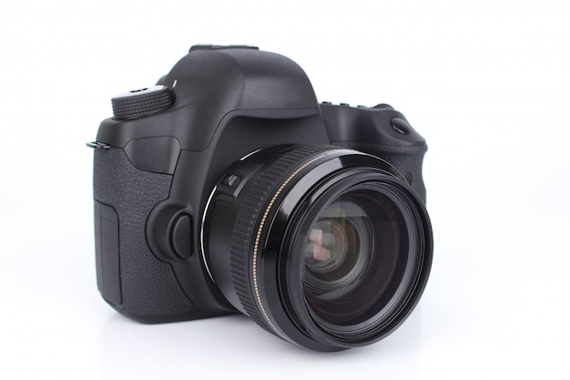 Zwarte dslr-camera die op witte achtergrond wordt geïsoleerd
