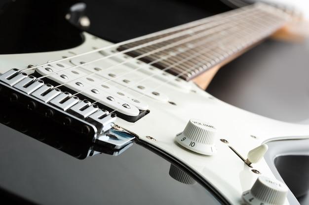 Zwarte elektrische gitaar met focus op pickup