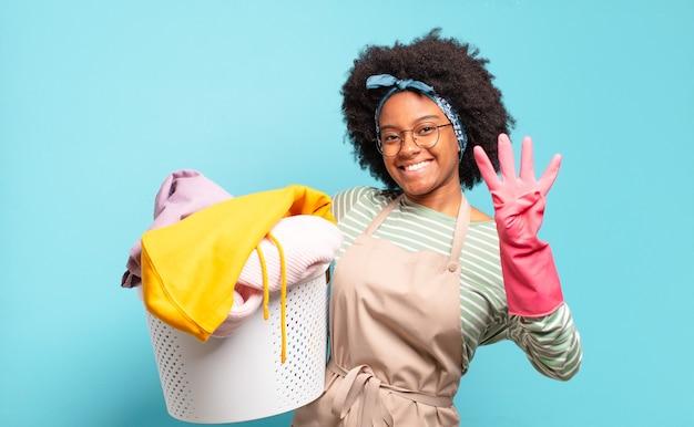 Zwarte en afrovrouw die vriendelijk glimlacht kijkt, nummer vier of vierde met vooruit hand toont, aftellend.