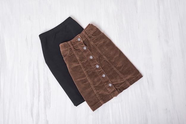 Zwarte en bruine rokken. mode concept
