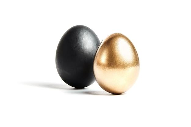 Zwarte en gouden eieren. bedrijfsconcept: risicovolle transactie of onbetrouwbare partner, succes en mislukking
