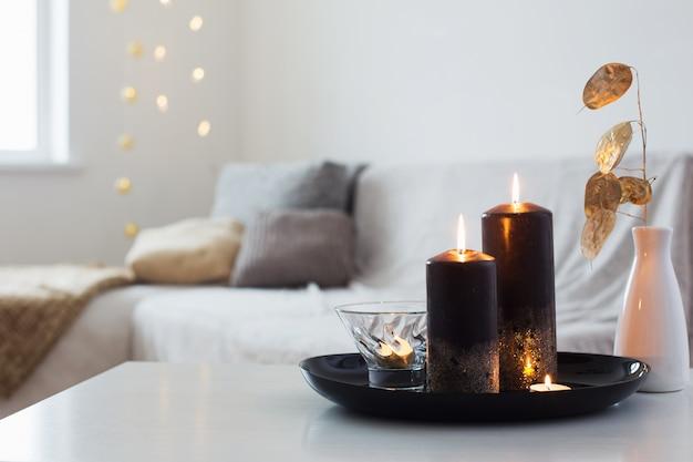 Zwarte en gouden kaarsen op witte lijst