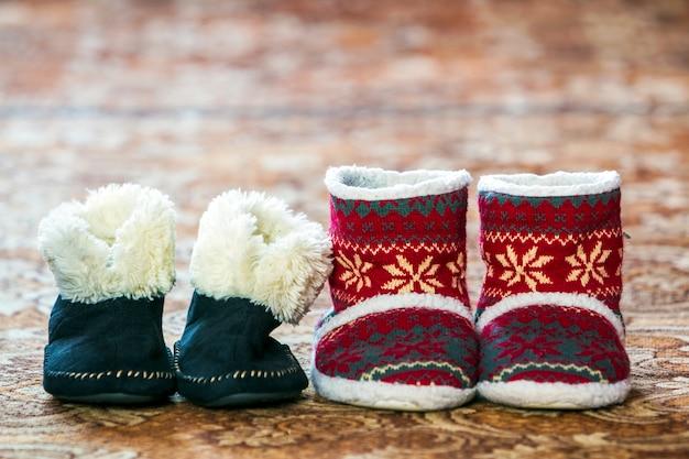 Zwarte en rode schoenen met nieuwjaarspatroon