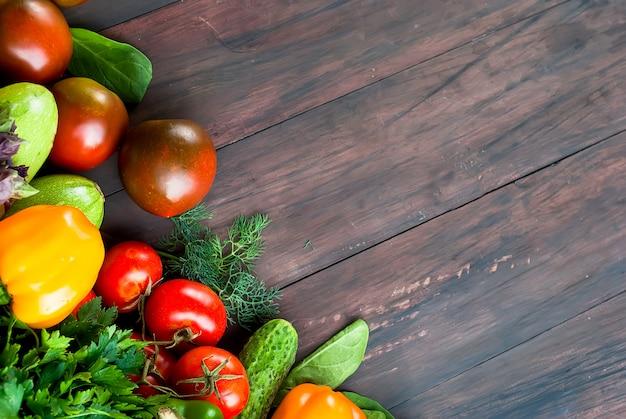 Zwarte en rode tomaten, groene en rode pepers, kruiden