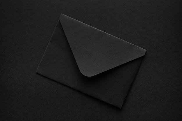 Zwarte envelop op een zwart oppervlak