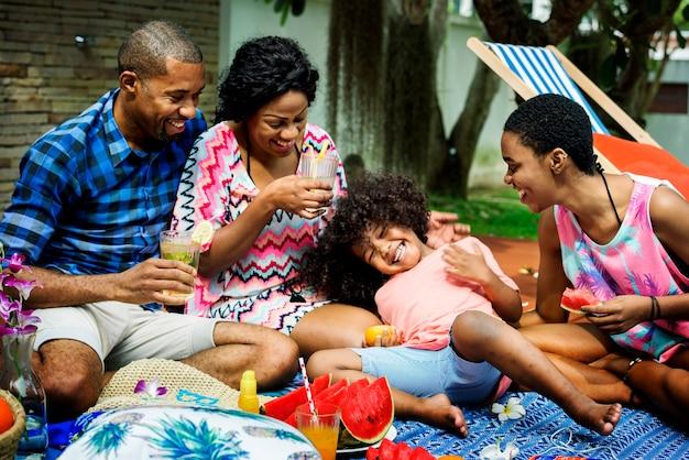 Zwarte familie die van de zomer samen bij binnenplaats genieten