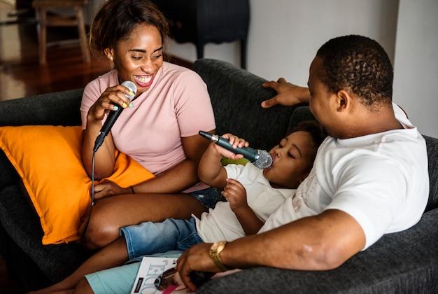 Zwarte familie geniet van zingende karaoke