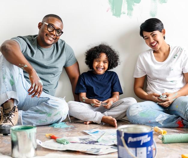 Zwarte familie het schilderen huismuur