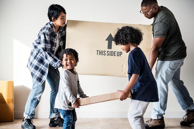 Zwarte familie verhuizen naar nieuw huis