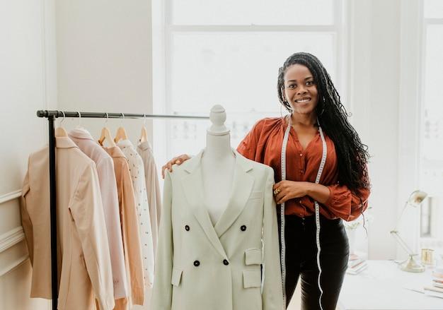 Zwarte fashion stylist met een opspelbare paspop