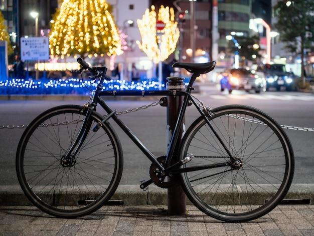 Zwarte fiets stedelijke achtergrond
