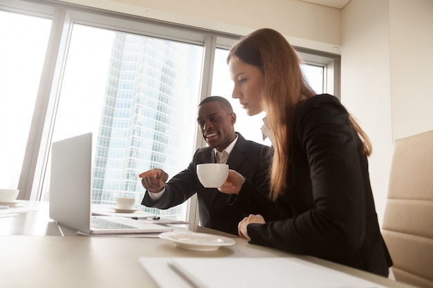 Zwarte financiële adviseur die dealdetails verklaart