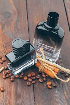 Zwarte fles parfum op een houten oppervlaktelijst
