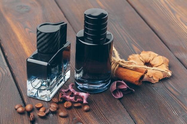 Zwarte fles parfum op een houten tafel