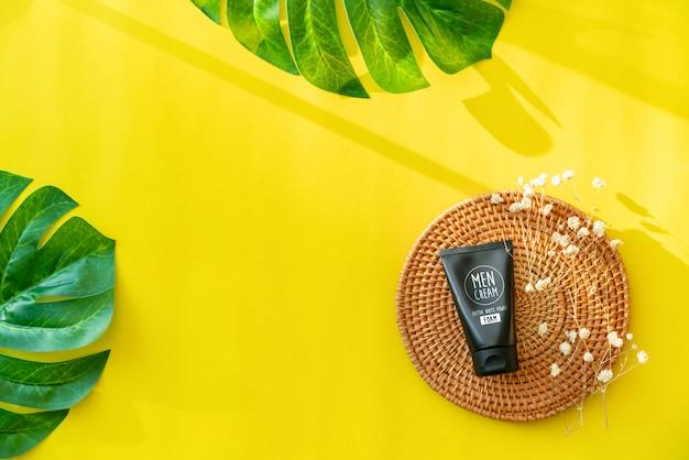 Zwarte flessencrème, mockup voor herenschuim van het merk van schoonheidsproducten