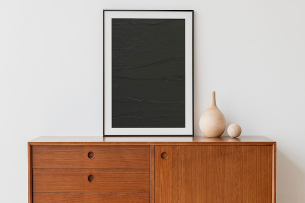 Zwarte fotolijst op houten kast