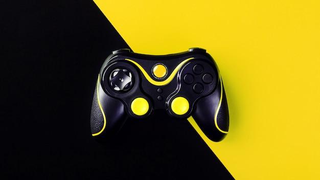 Zwarte gamepad op een zwart-gele ondergrond