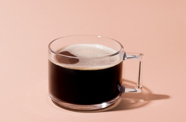 Zwarte gerstkoffie op een roomachtergrond