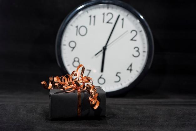 Zwarte geschenkdoos met klok