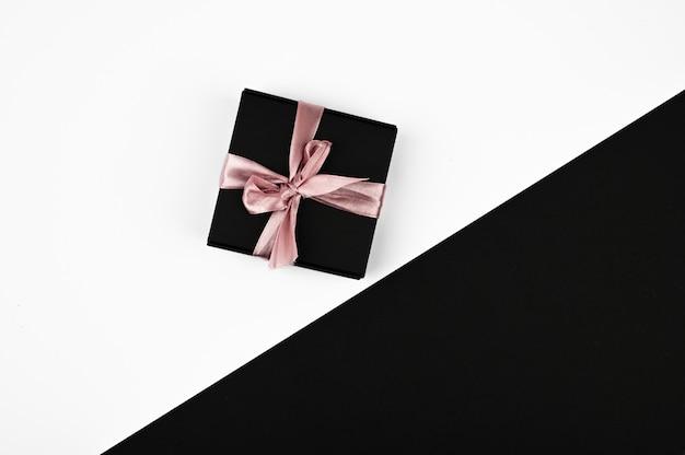 Zwarte geschenkdoos met roze lint