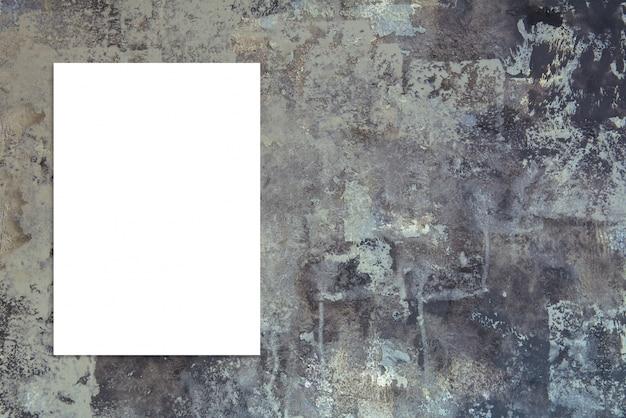 Zwarte gevouwen witte papieren poster die op zwarte stenen muur hangen, template mock up om uw tekst toe te voegen.