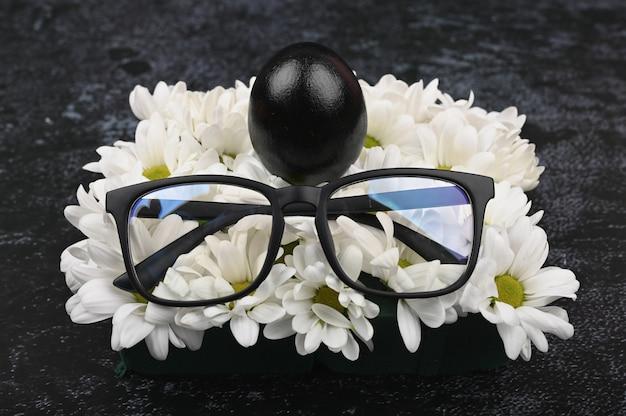 Zwarte glazen en eieren. zwart pasen-concept. zwarte eieren. pasen voor zwarte mensen.