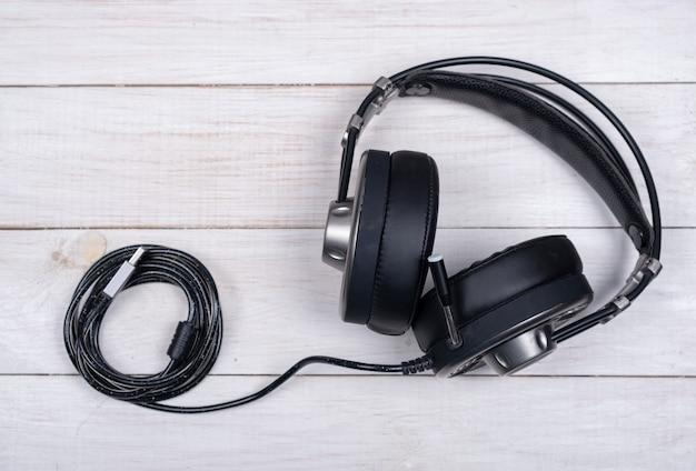 Zwarte grote koptelefoon voor muziek en computerspelletjes met microfoon en usb-kabel op wit