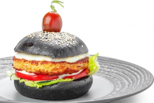 Zwarte hamburger die op wit wordt geïsoleerd