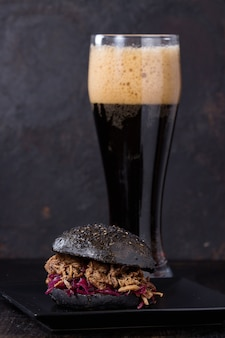 Zwarte hamburger met donker bier