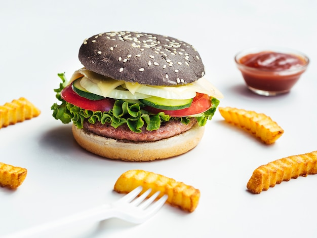 Zwarte hamburger met frietjes