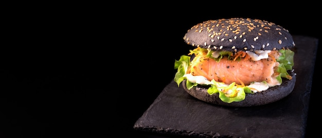 Zwarte hamburger met gegrilde zalm