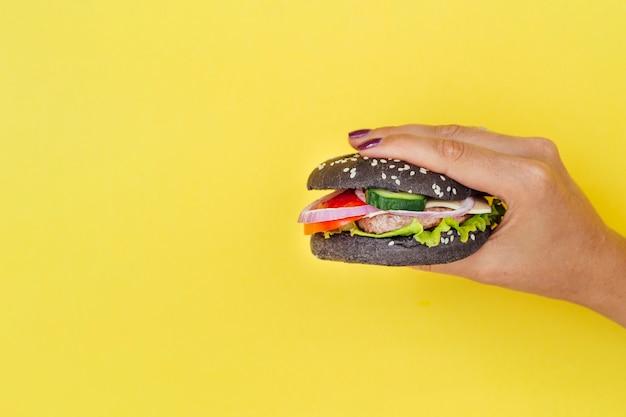 Zwarte hamburger met kopie ruimte