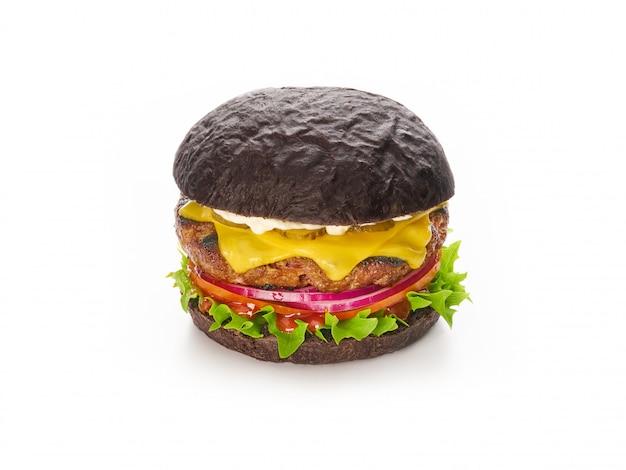 Zwarte hamburger met rundvlees kaas sla ui, tomaat geïsoleerd, fast food en afhaalmaaltijden concept
