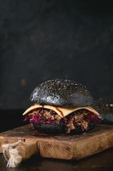 Zwarte hamburger met stoofschotels