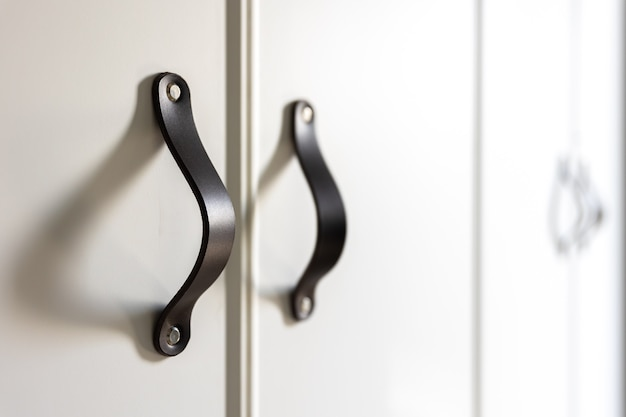 Zwarte handgrepen van de keukenlade of kast.