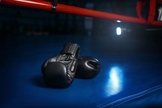 Zwarte handschoenen aan de ring