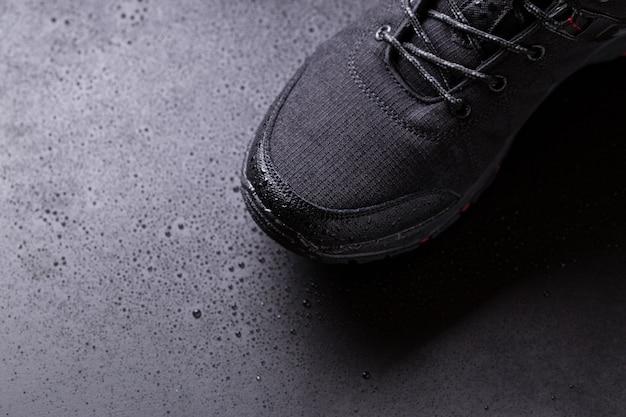 Zwarte heren sneakers met druppels water,
