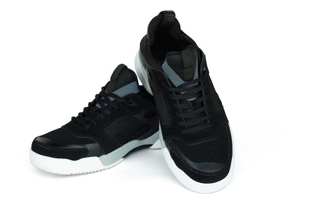 Zwarte heren sneakers met witte zolen, geïsoleerd op wit