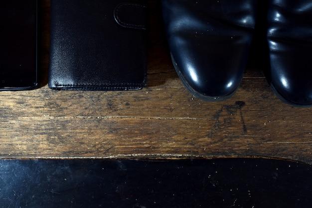 Zwarte herengarderobe. schoenen, portemonnee, telefoon
